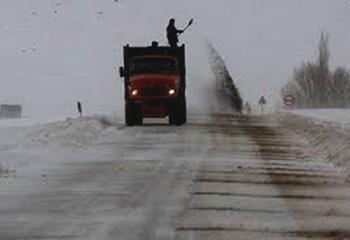 بارش برف در گردنههای اردبیل/اولین برفروبی زمستانی انجام شد